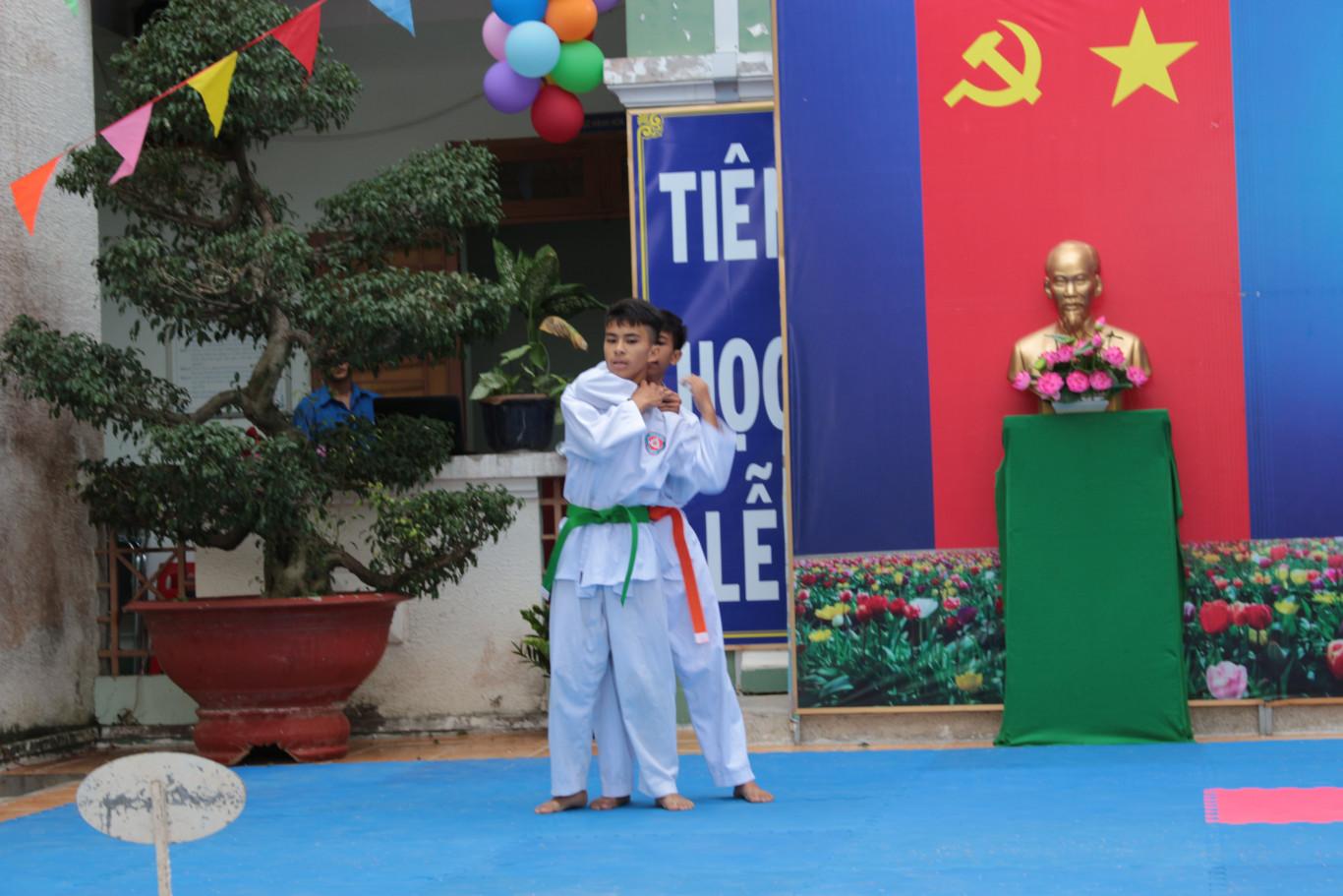 Phần trình diễn võ thuật của CLB võ thuật trường